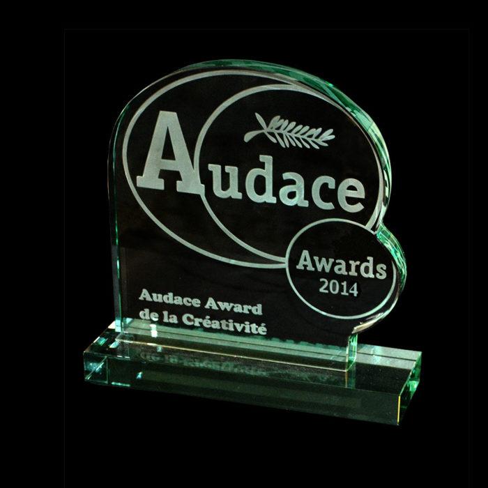 trophee-en-verre-sur-socle-decoupe-audace-awards