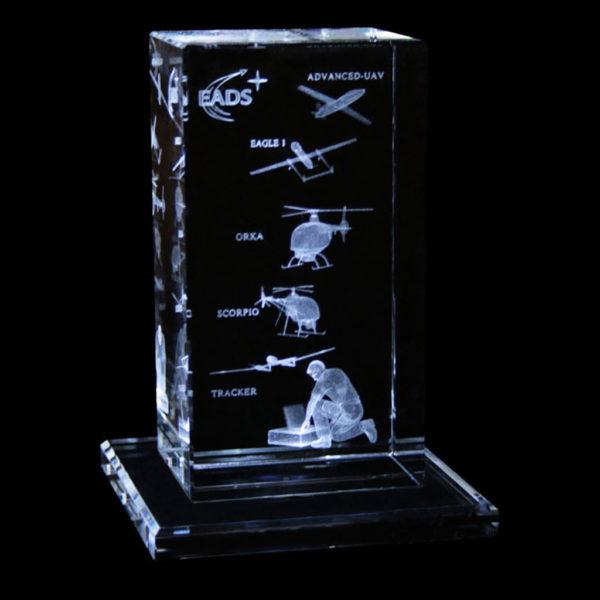 trophee-sur-socle-en-verre-60x70x130mm-gravure-laser-3d-Eads